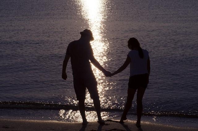 秋に聴きたい歌ベスト5!一緒に聴けば恋人との距離が縮まる?年代別夏ソングも!