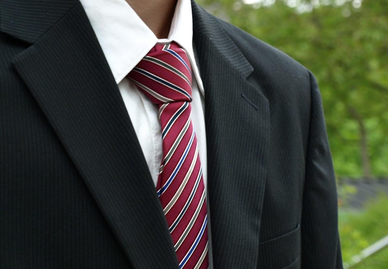 新入社員必見!! ネクタイ選びのコツやスーツの正しいお手入れ方法